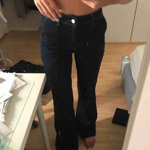 Mango jeans nästan aldrig använda, utsvängd modell. Jag är 173 lång. Frakt 64kr