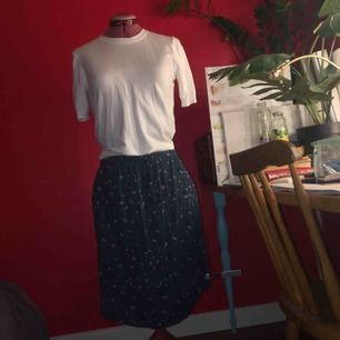 Org pris. 899 (säljer som om 70%REA)  Mönstrad kjol från Noah Noah i storlek M. Säljs pga för stor för mig som är en S och den ramlar bara av mina höfter. Supersnyggt mönster och otroligt mjukt material önskar att den passade!!!(nyskick)
