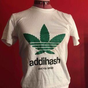 """""""AdidHASH, give you speed"""" T-shirt med marijuana planta på bysten. Cool och unik och helt oanvänd i nyskick. Tyget är tjockt och halsen är hög. Sitter snyggt på en S och XS. Bra köp :)"""