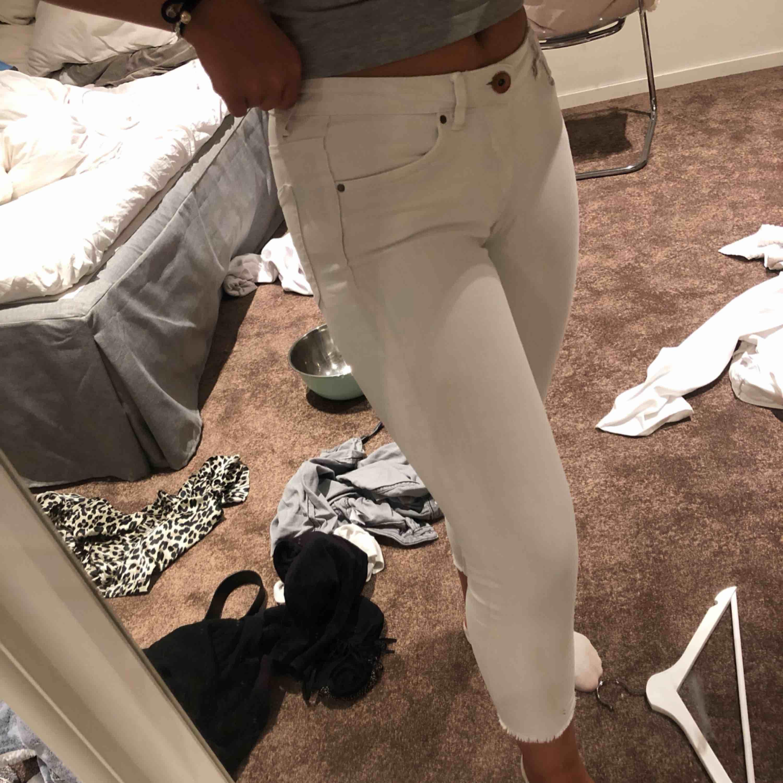 Säljer mina fina vita jeans då de har blivit liiite för korta för mig, och jag är 164 ungefär. Dessa har en liten upprivning vid en sån sak haha men det är verkligen inget som syns! Lätt att fixa om man vill det!!. Jeans & Byxor.