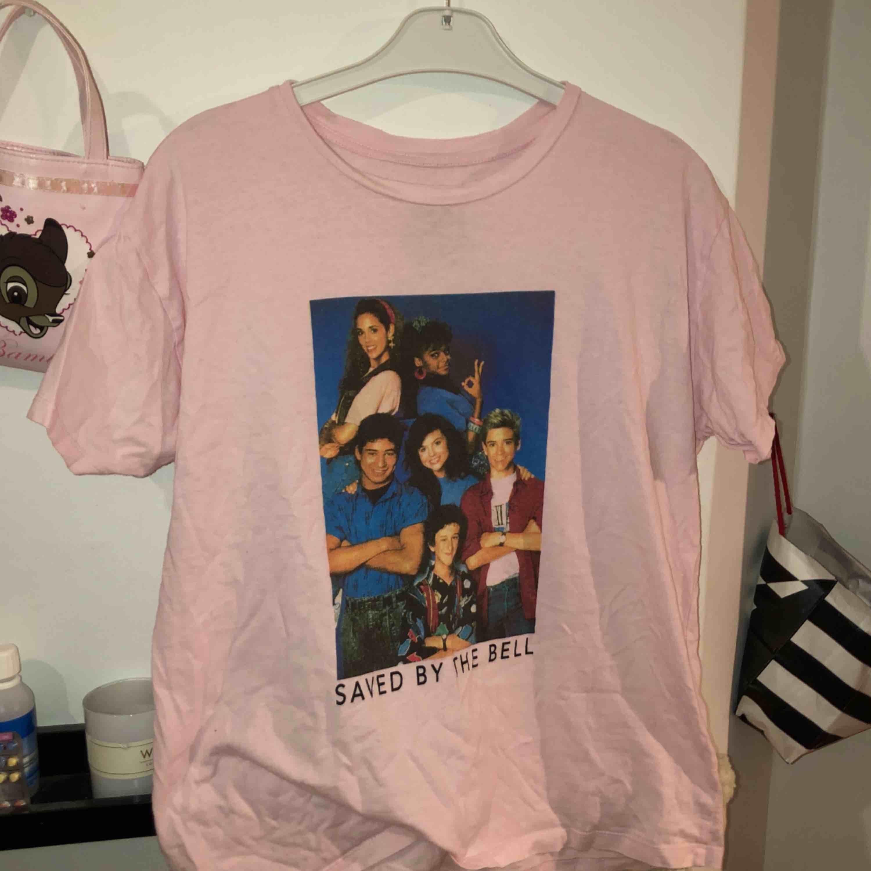 Såååå snygg ljusrosa oversized tshirt med Saved By The Bell motiv💕💅🏼💕🤪 Den har verkligen varit en favorit hos mig, säljer då jag behöver plats i garderoben och pengar😔Köparen står för frakt <33. T-shirts.