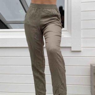 Gröna typ kostymbyxor fast materialet är skönare och tunt. Rätt skrynkliga nu men man kan lätt stryka dom.