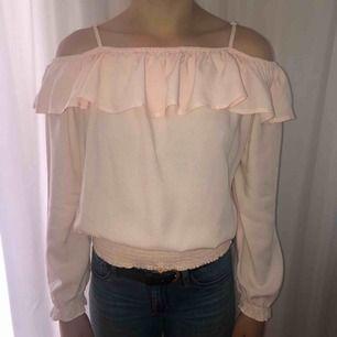 Ljusrosa off shoulder tröja i stl 158/164 men passar även XS Köparen betalar frakten. Kan även mötas upp i Stockholm