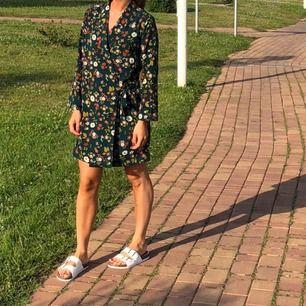 Superfin blommig klänning i fint skick!