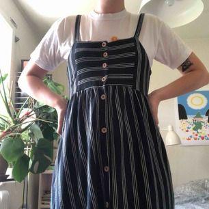 Mörkblå klänning från Pull&Bear, storlek M. Använd en gång, så i fint skick! Frakt tillkommer 💙💙