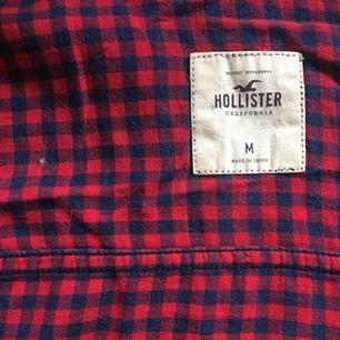 Skjorta från Hollister.Sparsamt använd! Fraktar genom postnord! Skickar pristabeller. Endast seriösa köpare! Kan även mötas upp