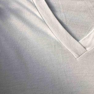 V-ringad T-shirt från bikbok. Oversize! Sparsamt använd! Fraktar genom postnord! Skickar pristabeller. Endast seriösa köpare! Kan även mötas upp