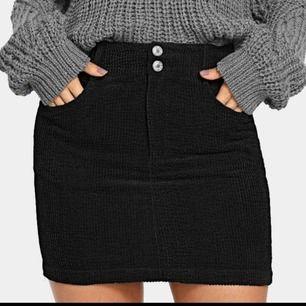 Svart Manchester kjol från Shein. Köpt på plick! Aldrig använd då den är förliten. Fraktar genom postnord! Skickar pristabeller. Endast seriösa köpare! Kan även mötas upp
