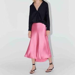 Superfin kjol i satin som bara används 1 gång. Köpt på zara för 349kr!  Kan mötas upp och frakta (köparen står för frakt) Kan tänka mig gå ner lite i pris vid snabb affär!