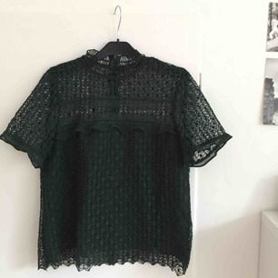 """Mörkgrön spetslikande topp från Zara, bra skick och är snygg att ha både som den är eller under en annan tröja då """"kragen"""" är sjukt söt! Frakt är inräknat i priset!🌷"""