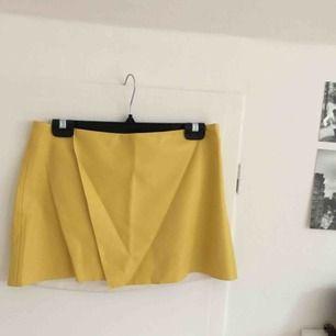 Gul läderartat kjol från Zara, ganska kort och lite stor i midjan på mig som brukar ha 38 i kläder men väldigt ball! Frakt är inräknat i priset🌷
