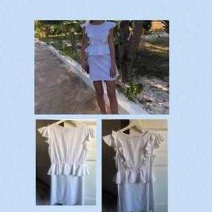 Vit klänning från debiflue x nakd. Använd 2 gånger och därmed i fint skick. Storlek xs. 70kr+frakt