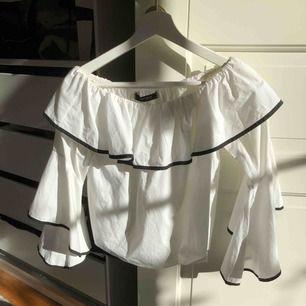 Off shoulder blus med svarta detaljer från Zara. Går att ha till både jeans och kjol. 40kr+frakt