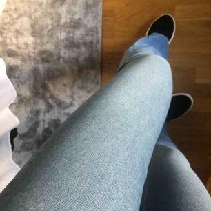 Blå bootcut jeans i fint skick från Crocker. Färgen syns bäst på första bilden. 100kr+frakt