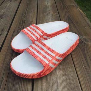 Adidas sandaler/flipflops. Rosa röda i färgen. Jättesköna och mjuka i storlek 39 men funkar i 38 också
