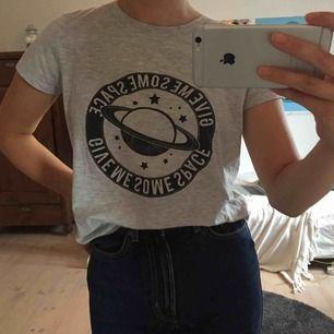 Grå T-shirt med tryck från Gina Tricot. Knappt använd så är därav i bra skick. Köpare står för frakt men kan mötas upp i Lund!