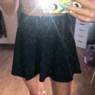 Svart kjol som ör utsvängd. Sitter perfekt i midjan
