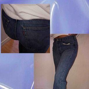 säljer dessa då dem tyvärr var för små i höjterna, det är skitbra kvalitet. dem är från 80-90 talet, asballa byxor ✨💕👀🦊 kom med prisförslag!!