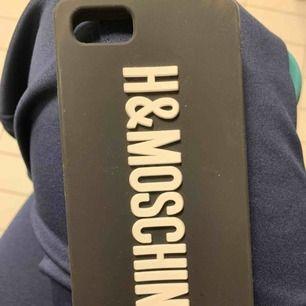 Oanvänt H&M ❤️ Moschino mobilskal för iPhone 6/7/8.