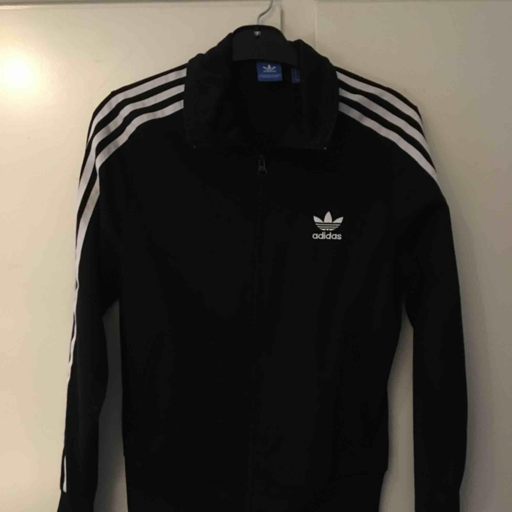 Adidas originals träningsjacka. Inte använd på drygt två år. Mycket bra skick! Orginal pris ligger runt 400/500 och säljer för 120kr +frakt. . Huvtröjor & Träningströjor.