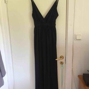 Oanvänd och därför säljer jag den, köpte den för 500kr på nelly i storlek xs färg svart. Passar både s/xs.  Lappen finns fortfarande kvar. Inga fläckar eller slitningar på klänningen. Nytt skick.