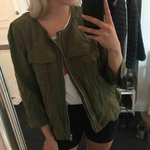Militärgrön jacka med silverkejda från H&M. Storlek 40 men jag som är en 36a kan använda den. Frakt tillkommer!🌹(ser att den ser fläckig ut på bilderna men den är helt enfärgad i verkligheten. Orättvisa bilder, fick inte till ljuset)