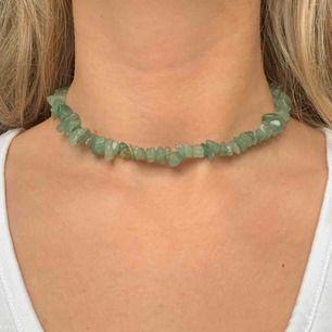Ljusgrönt halsband med aventurin stenar! Elastiskt tråd. Frakt 10 kr. 💘