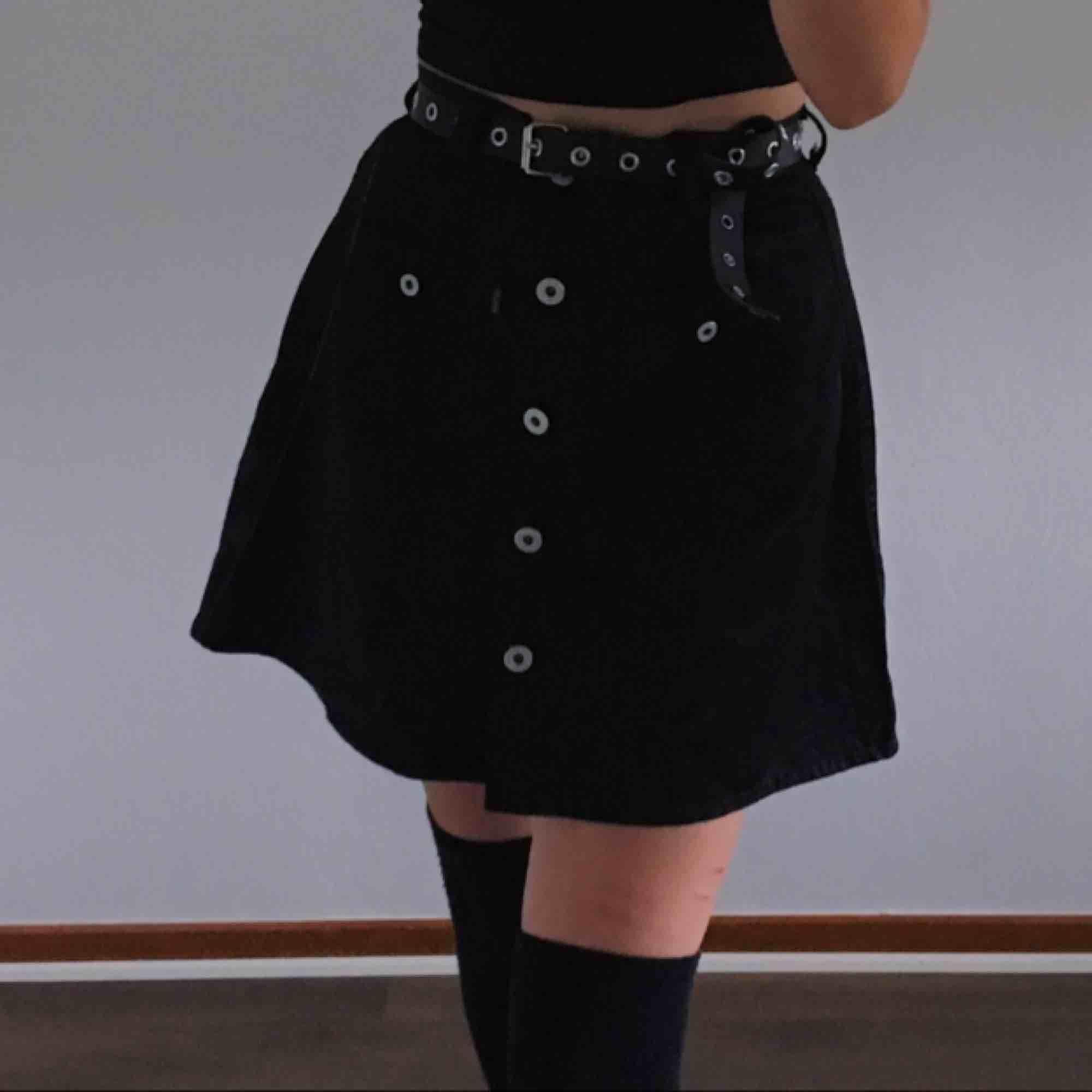 skitgullig kjol jag köpte second hand men den kom tyvärr inte till användning. står att det är strl M men passar mer XS S.  materialet är väldigt glansigt som man ser på sista bilden frakt på 42kr tillkommer!. Kjolar.