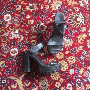 Snygga och bekväma sandaletter! 8cm klack men grov sula så de känns inte så höga. Knappt använda. Tips: de är snygga att ha strumpor i!  Kan frakta (då tillkommer fraktkostnad) eller mötas upp i Stockholm