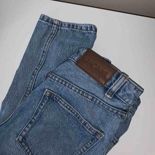 kimono jeans from monki. midjestorlek 24 och längd 32. har  en trasig ficka där framme och en av bälteshällorna är sönder. hör av dig för mer info!