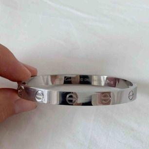 Cartier-inspirerat armband i deras Love Bracelet modell! Fått i present, tyvärr lite för stort för mig! Skruvmejsel tillkommer! 19cm! Har swish.