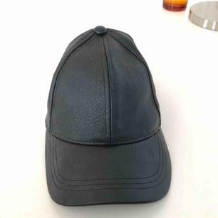 Fin svart keps i läderimitation från hm divided. Knappt använd & säljs därför.