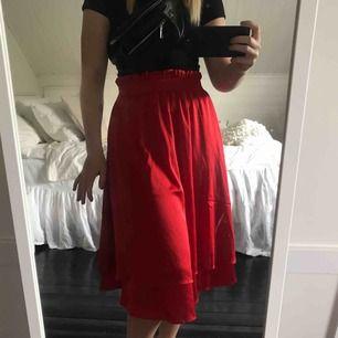 Säljer denna otroligt fina kjol från veromoda, helt ny med lappar kvar! Nypriset var 399kr😊