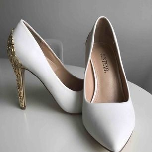 Lyxiga vita klackskor med gulddetalj på klacken. Storlek 37 men sitter som en 36. Klacken är 11,5cm hög. Aldrig använda.