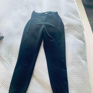 Svarta byxor från asos. Som leggings fast i tjockare och finare material.