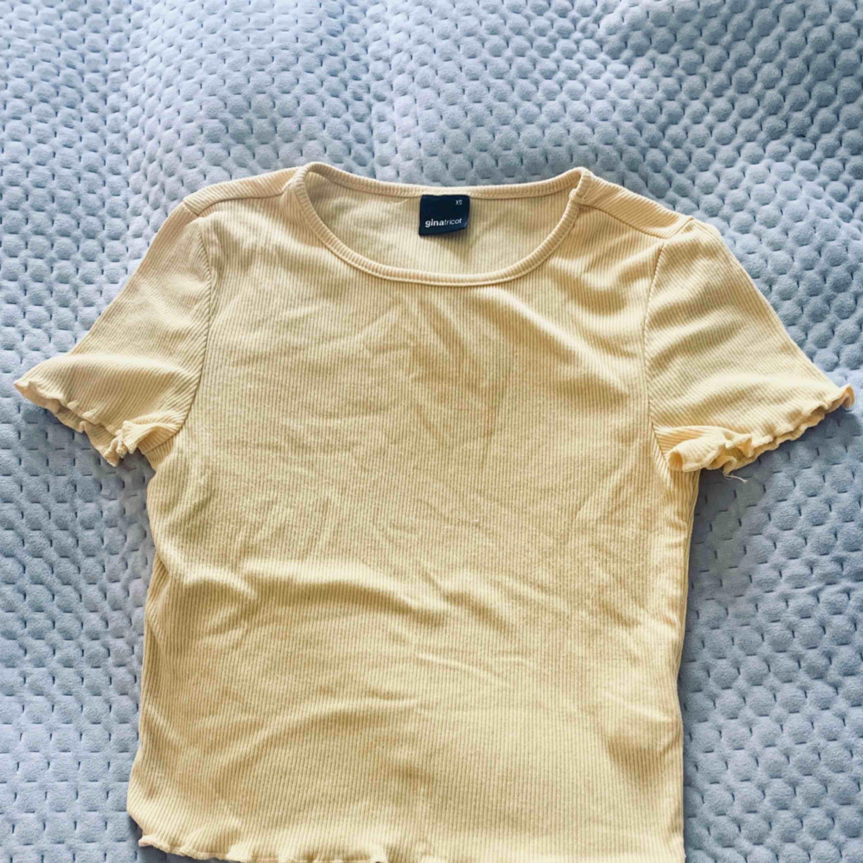 Gul t-shirt i fint skick. Använd ett fåtal gånger. . T-shirts.