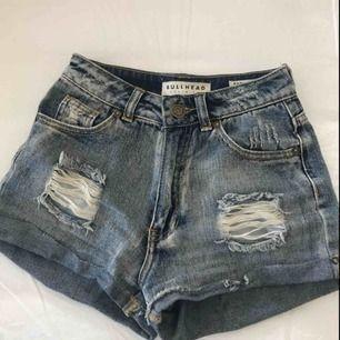 """Jeansshorts i storlek xxs eller 00 ifrån Bullhead denim co. köpta på pacsun. De är i bra skick då jag inte använt de så mycket. Modellen är """"mom short"""". Kan frakta men då betalar köparen för frakten"""