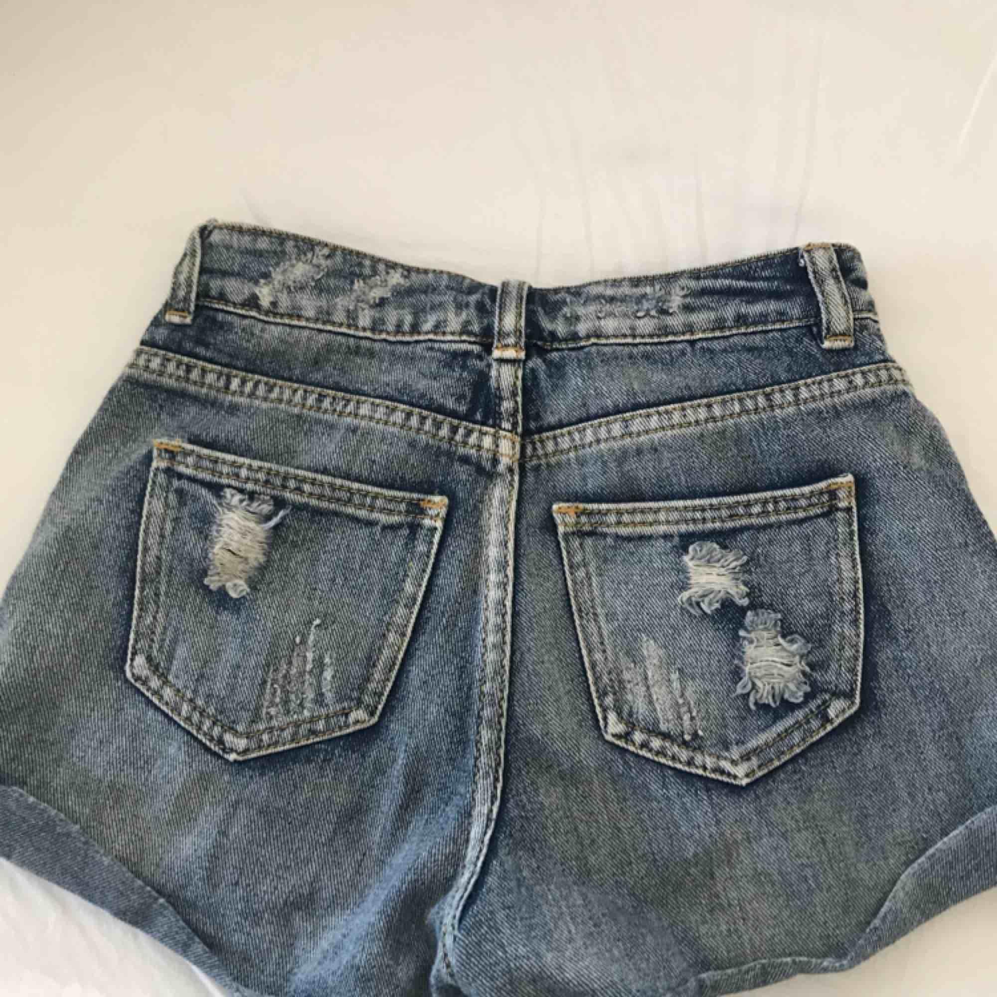 """Jeansshorts i storlek xxs eller 00 ifrån Bullhead denim co. köpta på pacsun. De är i bra skick då jag inte använt de så mycket. Modellen är """"mom short"""". Kan frakta men då betalar köparen för frakten. Shorts."""