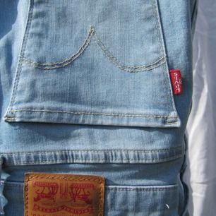 Levis jeans, ljusblå, bra längd ( är 160 ) bra skick! Hör gärna av er vid intresse eller frågor💞