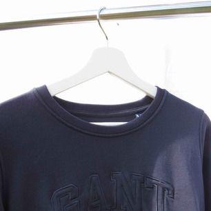 En långarmat Gant tröja i marinblå, använd en del men inga nopprar, hör av er vid intresse!💞Frakten bjuds på detta plagget☺️