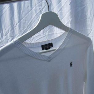 Vit v-ringad Polo tröja! Inga fläckar, hör av er vid intresse💞Tjäcka in några av mina andra kläder