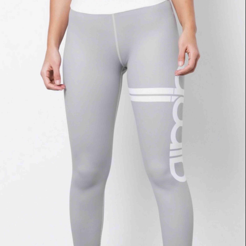 As snygga träningstights som tyvärr blivit för små. Sitter superskönt, och inte de minsta genomskinliga (100% squat säkra) Kan gå ner lite i pris vid snabb affär.  Möts upp och fraktar (köparen står för fraktkostnad) . Jeans & Byxor.