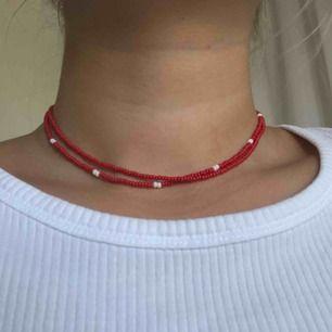 35kr st och 9kr i frakt💛 jag gör halsband och kan även göra armband, har fler annonser där ni kan se färger men har även fler färger utöver dessa så hör av er om det är något speciellt ni önskar🥰