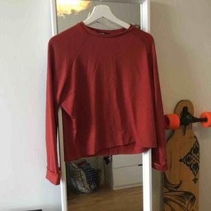 Röd tjocktröja ifrån bik bok med flare ärmar