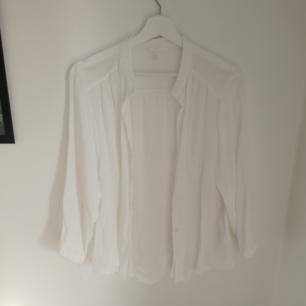 Tunn skjorta/blus. Aldrig använd. Betalas med swish (+frakt)
