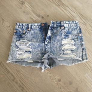 Korta Jeansshorts med slitningar. Står att det är strl 44 i men de passar mig som vanligtvis är M. Betalas med swish (+frakt)