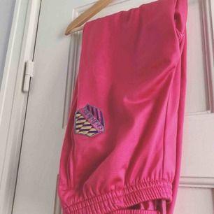 Ett par mjukisbyxor från Adidas. Storlek medium/38, damstorlek. Skick: 7.5 av 10. Levereras nytvättade. Finnes på Södermalm, Stockholm. Kan postas men då står Du för frakten, (59kr). Mvh Marija