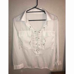 ⭐️ Vit skjorta. Frakt ingår i priset. ⭐️
