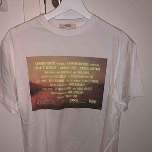 Cool T-shirt i vitt från pull and bear. Snyggt tryck på. Aldrig använd så så gott som i nyskick.