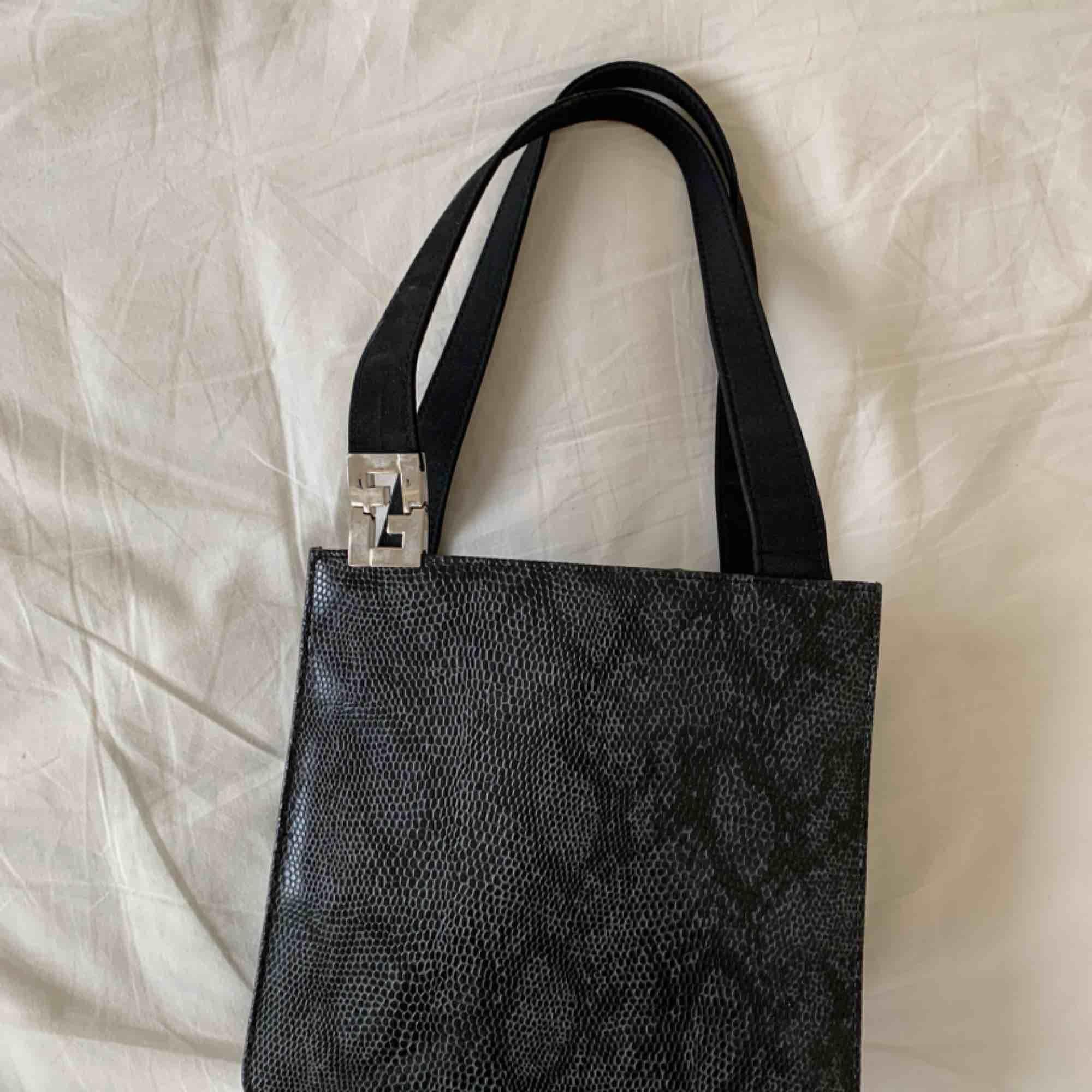 Sååå fin fake Fendi! Så trendig! Inköpt här på Plick för samma pris!. Väskor.